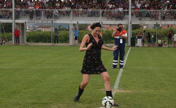 Laura Chiatti da il calcio di inizio