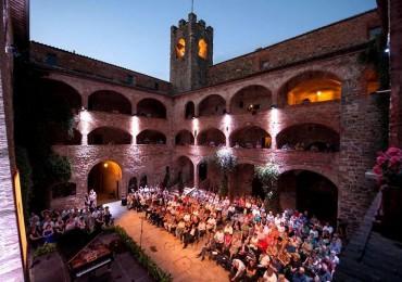 un concerto del TMF al Castello dei Cavalieri di Malta a Magione