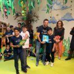 Il Capitano del Rione Portella Giacomo Ceccarelli con gli alunni del progetto PALIOLABO